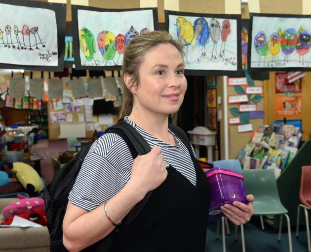 Sara Georgie在她在圣彼得香奈儿教室的Eloise中排练Eloise ......
