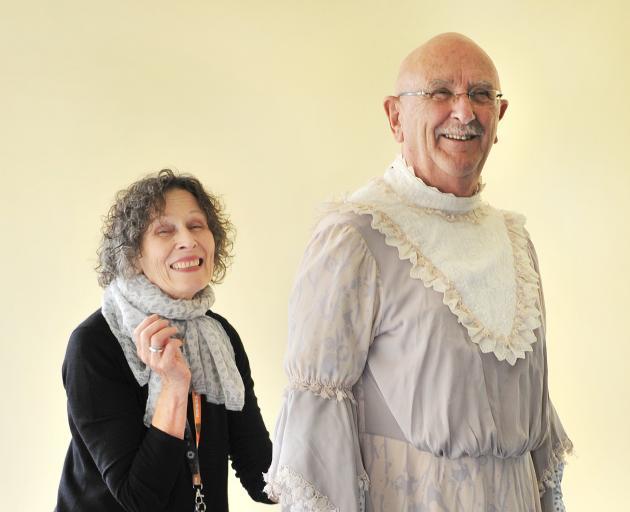 前Fortune衣橱情妇Maryanne Wright-Smyth适合Barry Dorking的服装......