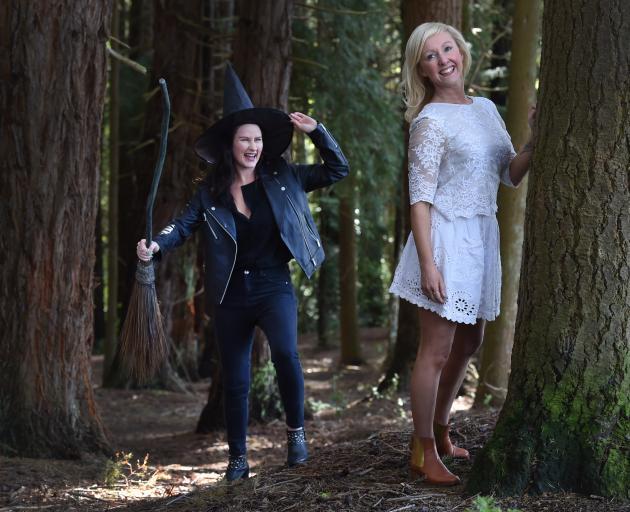 Anna Langford(左)和Hayley Lyndon被选为音乐剧达尼丁的女巫......