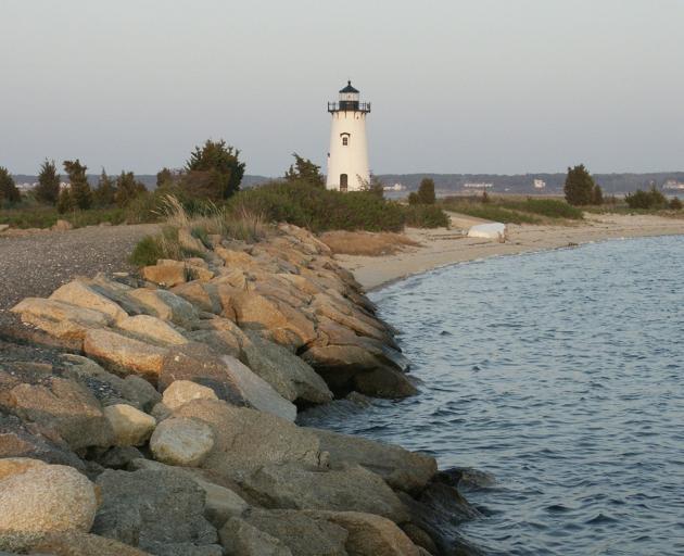 在Edgartown港口和Katama海湾入口的Edgartown灯塔。照片:Heather Goff