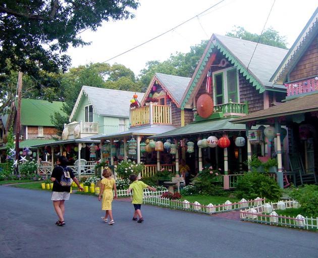 历史悠久的姜饼小屋排列在Oak的保存卫理公会教堂营地的街道上...