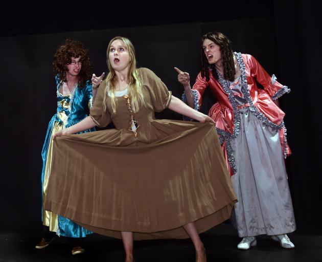 在全球范围内出演哑剧歌曲(左起)Edward Matthews,Jen Hughson和Thomas Makinson。照片:Peter McIntosh
