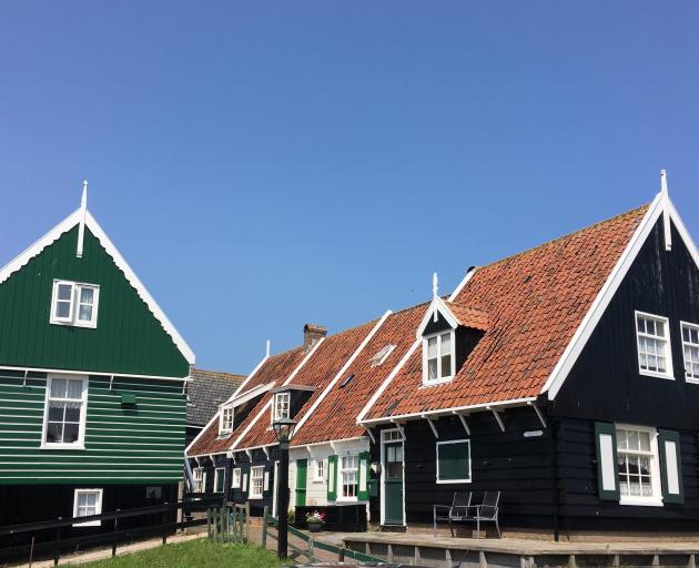 Marken的传统黑色和绿色房子。照片:Julie Orr-Wilson
