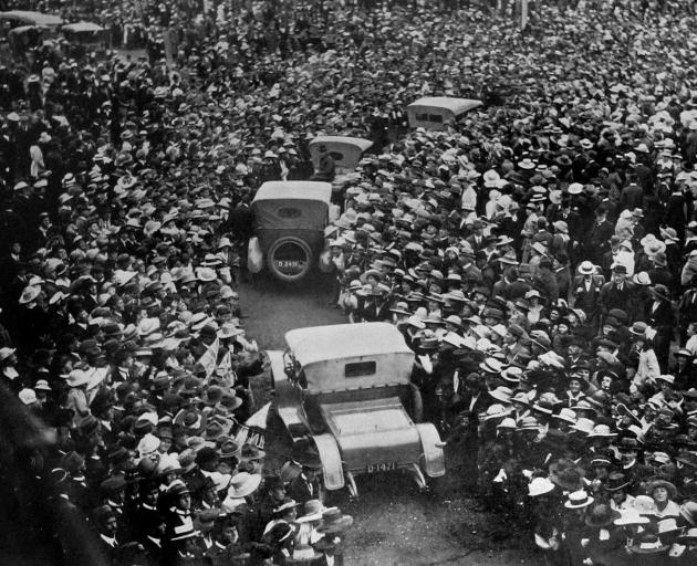 The huge assemblage in Anzac Square, Dunedin, to welcome home the 920 soldiers who returned by the Tahiti. - Otago Witness, 22.1.1919.