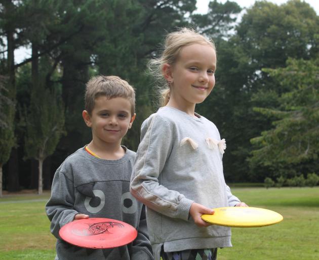 Keira and Brooklyn Daken enjoy their first disc golf attempt. PHOTOS: LUISA GIRAO
