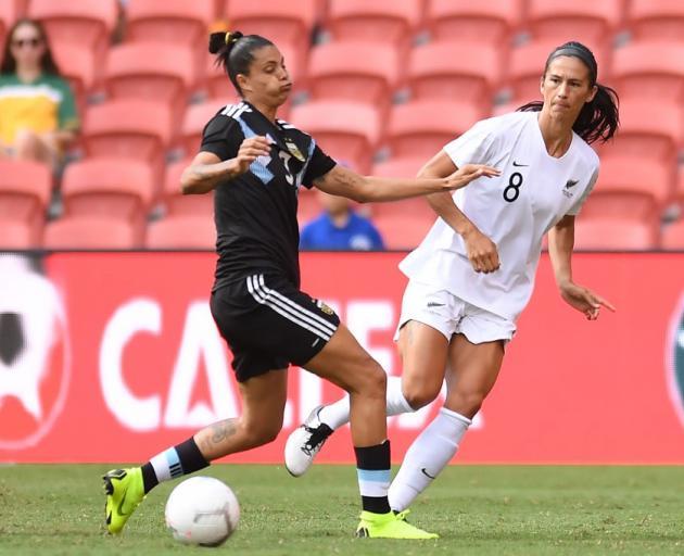 在足球蕨类比赛期间,Abby Erceg在Soledad Jaimes的压力下传球......