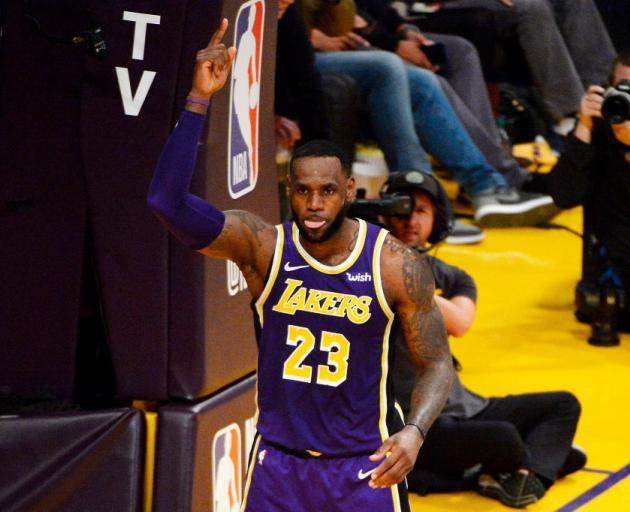 勒布朗·詹姆斯在迈克尔·乔丹在历史上的NBA得分上排名第四后庆祝...