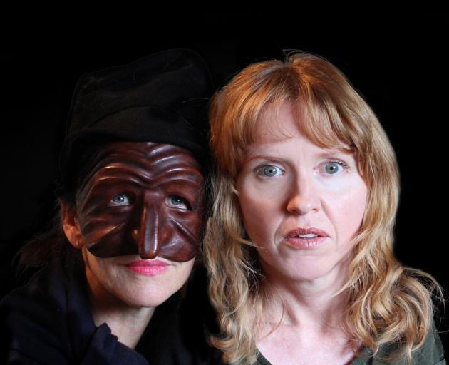 丽莎布里克尔(右)在模仿鸟中饰演'Deidre'与导演Ruth Dudding。照片:提供