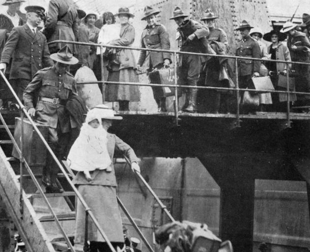 Soldiers and their war brides and babies disembarking from the `Ruapehu' at Wellington. - Otago...