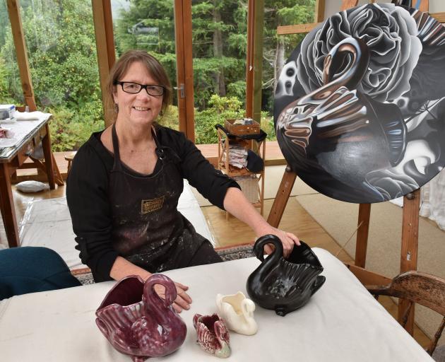 Rod Eales的Crown Lynn天鹅系列激发了她的艺术,如Shadows and Ghosts。照片:Gregor Richardson