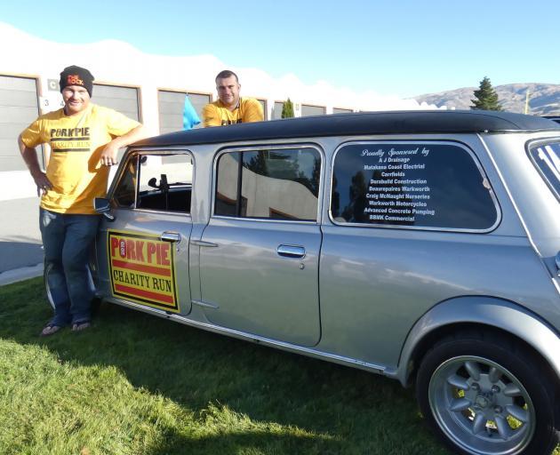 "Warkworth的兄弟Willie(左)和Sam Ryburn在Pork Pie慈善跑期间的""拉伸豪华轿车""Mini中获得额外的腿部空间。照片:Simon Henderson"