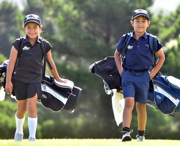 昨天,岛公园高尔夫俱乐部的Anahera和Kairangi Koni用他们的交易工具。照片...
