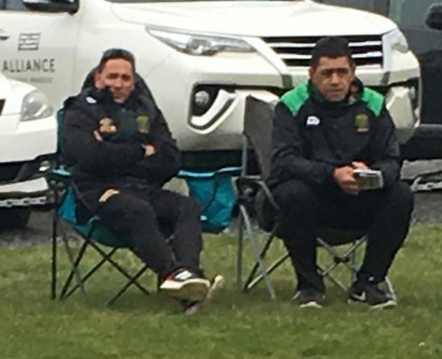 """所以这就是GI教练Moeahu和""""V""""现在观看比赛的方式,在甲板椅上徘徊......"""