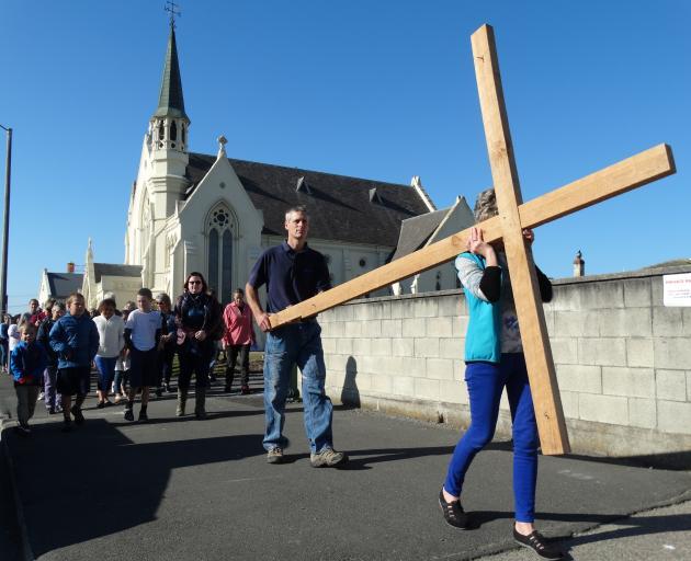 Oamaru的Mark Johnson和Jocelyn Marsh在Coquet St沿着Coquet St开了一个木制十字架......