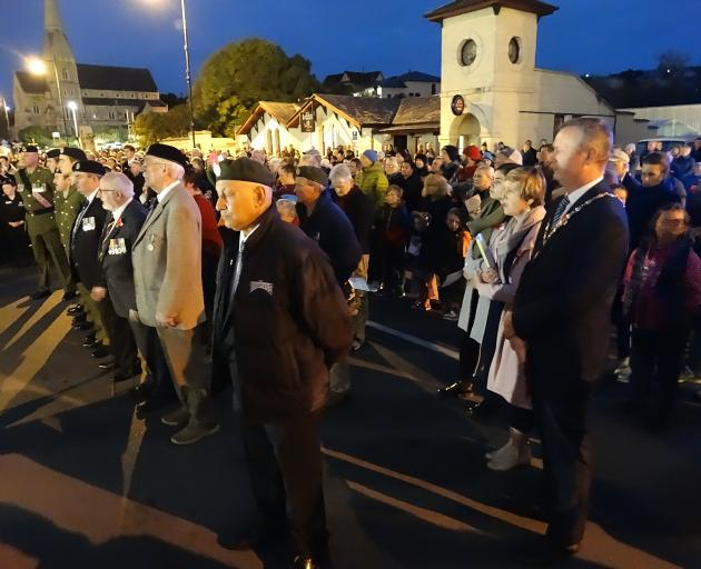 About 1000 people gathered at Oamaru's World War One memorial in lower Thames St for this morning...