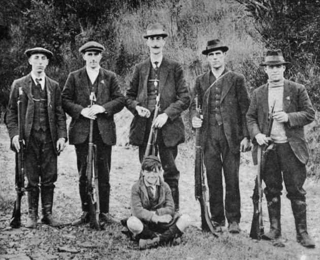 新西兰步枪俱乐部的排名第一的球队,冠军队的获胜者在...中获得冠军和亚军。