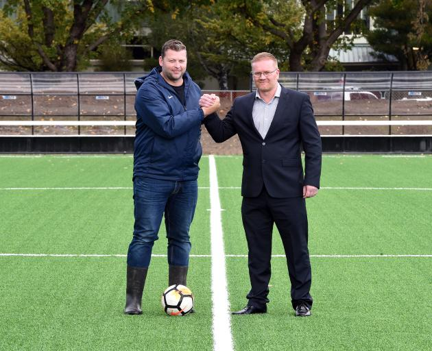 足球南方首席执行官克里斯赖特和主席马修霍勒里奇站在完成的足球...