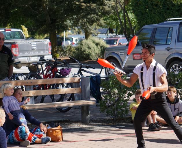 哥伦比亚杂技演员Jair Ramirez周六在Kai Whakapai以外的表演吸引了众多观众。