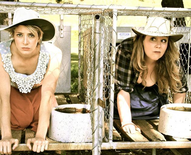 Amelia Guild(左)和Emma Newborn在The Bitches Box秀的宣传拍摄中。照片:...