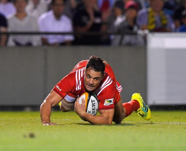 Dan Carter scores a try for the Kobe Kobelco Steelers last year. Photo: Getty Images