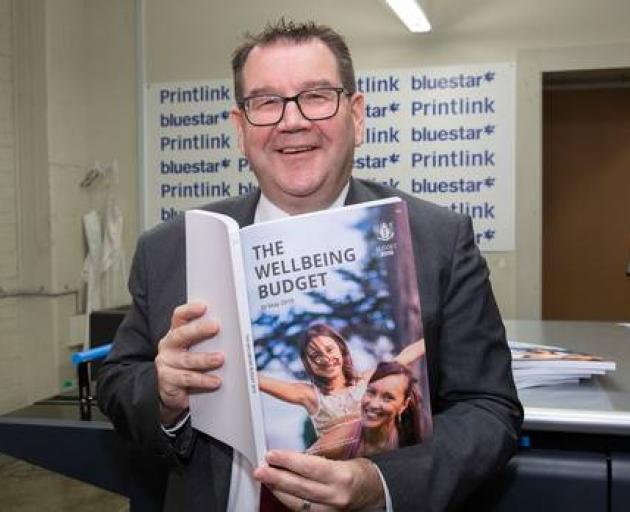 财政部长Grant Robertson在访问Petone的PrintLink期间查看他的副本...