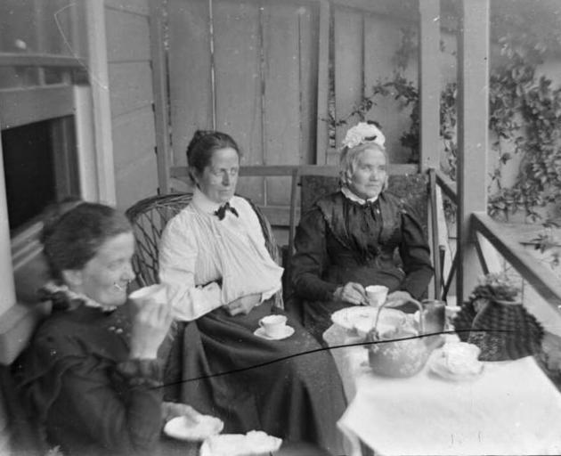 Older women led the trend for Southlanders to only roll the letter R after a vowel (the postvocalic R). This archive photo shows Amy Kirk, Sarah Jane Kirk, and another woman taking tea on a verandah sometime between 1895-1915 Photo: Alexander Turnbull Lib