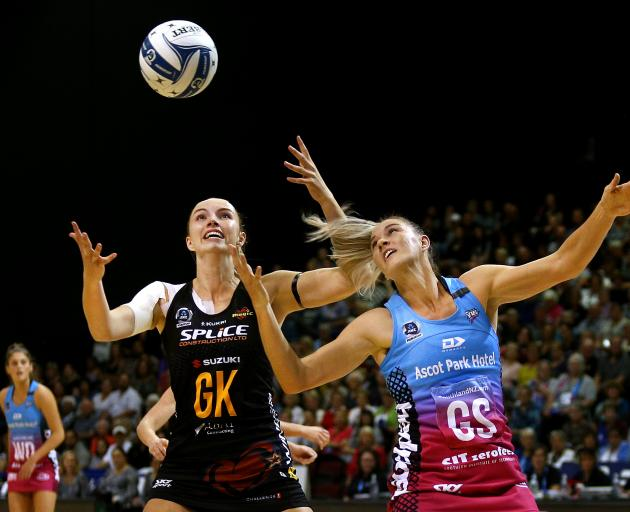 Magic goal keep Kelly Jury (left) and goal shoot Lenize Potgieter of the Southern Steel tussle...