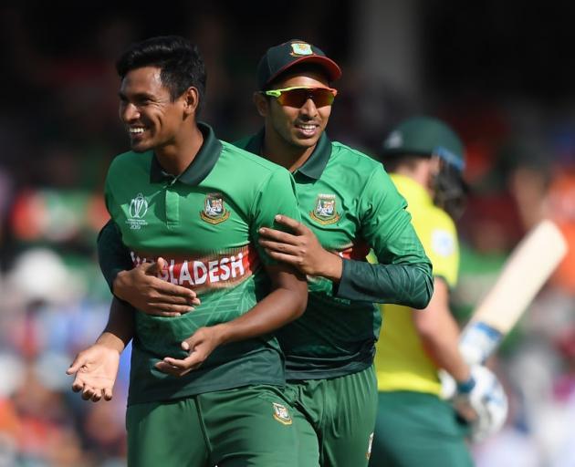 孟加拉国的Mustafizur Rahman和Soumya Sarkar庆祝南非大卫的检票口......