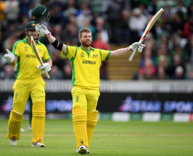 大卫华纳庆祝他的世纪在澳大利亚战胜巴基斯坦。照片:Getty Images