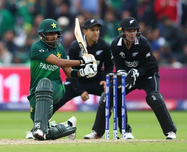 巴基斯坦世纪制造者Babar Azam在他身边的世界中将球击穿在腿边。