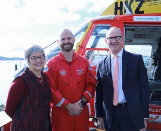 土地信息部长Eugenie Sage和交通部长Phil Twyford带救援直升机......
