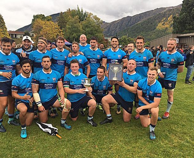 Wakatipu球员在杰克击败箭镇20-19击败白马杯后庆祝...