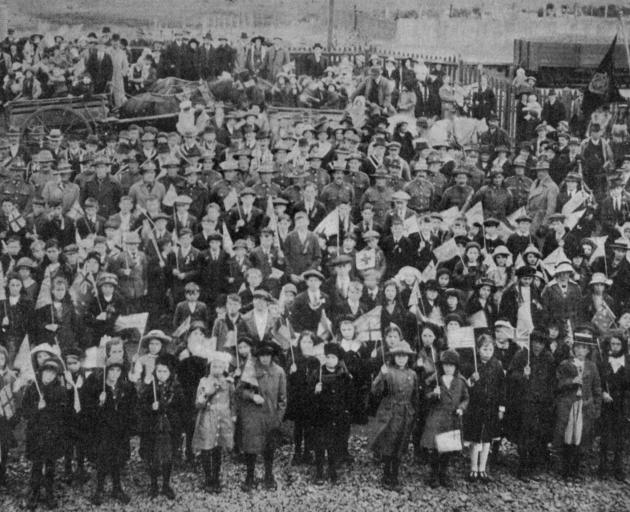 The peace celebrations at Owaka: Children, returned soldiers and members of friendly societies at the railway station. - Otago Witness, 30.7.1919