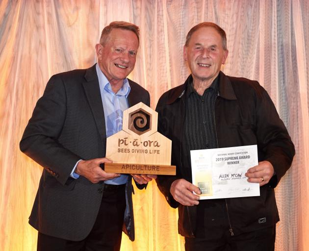 Allen McCaw receives his supreme award from sponsor Kevin Powell (left), of Kiwi Labels. Photo: Supplied by Apiculture