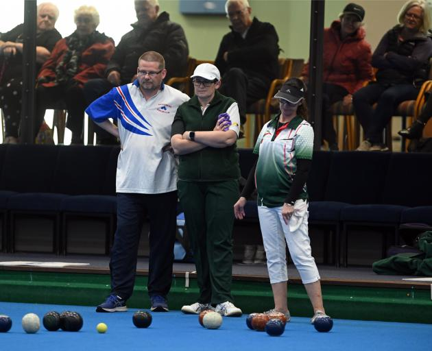 (from left) Regan Larkin and Sarah Ibbotson, and playing partner Tania Beattie, watch Andy McLean. Photos: Linda Robertson