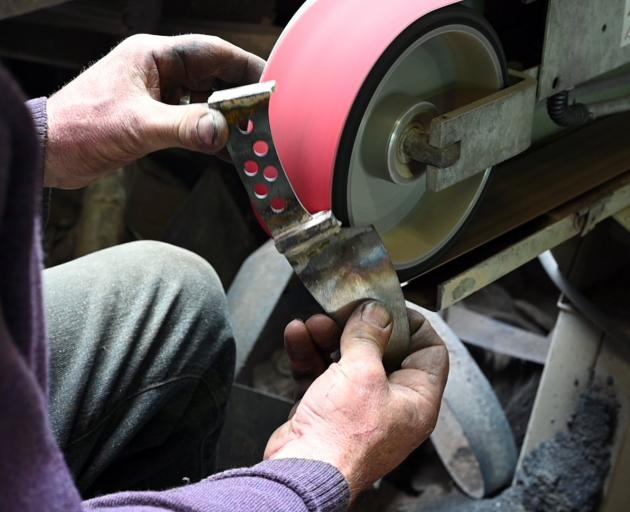 Peter Lorimer working on one of his knives