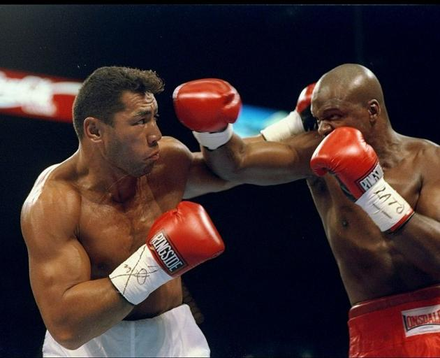 Jimmy Peau (left) fights against Bomani Parker in 1995. Photo: Getty Images