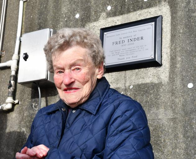 Alva Inder unveils the memorial plaque dedicated to her husband Fred on Tuesday. PHOTO: LAURA SMITH