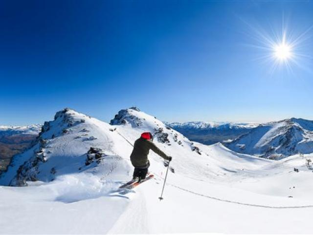george_treble_skis_at_the_lookout_on_the_remarkabl_56026f1a1c.JPG