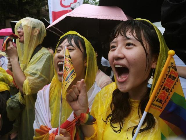 taiwan legalizes approves gay and lesbian weddings and policy - tnilive - స్వలింగ సంపర్కులకు తైవాన్ ఓకే