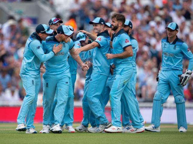 英格兰在今天上午的世界杯揭幕战中击败南非期间庆祝胜利...