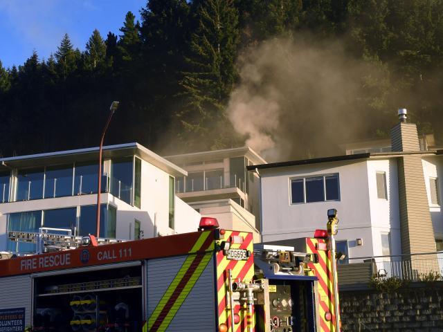 烟雾从酒店升起。照片:STEPHEN JAQUIERY