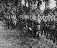 King George V inspects a Canadian guard of honour at the front. - Otago Witness, 6.11.1918.