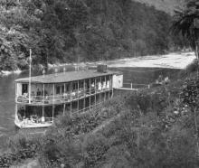 A houseboat on the Wanganui River. - Otago Witness, 12.3.1919.