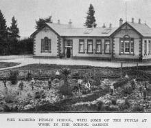 Maheno School, with some of the pupils at work in the school garden. — Otago Witness, 21.6.1921.