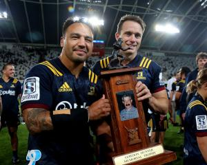 Highlanders co-captains Ash Dixon (left) and Ben Smith show off the Gordon Hunter Memorial Trophy after beating the Blues 41-35 last night. Photos: Getty Sport