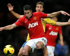 Arsenal's Mathieu Flamini challenges Manchester United's Robin van Persie. REUTERS/Phil Noble