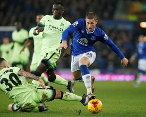 Everton's Ross Barkley tries to get past the Manchester City defence. Photo Reuters