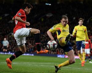 Manchester United's Shinji Kagawa (L) challenges Sunderland's Lee Cattermole. REUTERS/Nigel Roddis