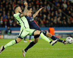 PSG's Edinson Cavani (R) contests the ball with Manchester City's Nicolas Otamendi. Photo: Reuters